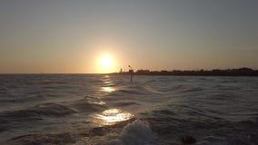 Por do sol na boca do rio de Tibre em Fiumicino com mar áspero video estoque
