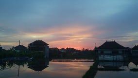 Por do sol na casa da reflexão de Bali Imagem de Stock