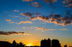 Por do sol na cidade com da silhueta da construção Fotografia de Stock Royalty Free