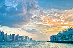 Por do sol na cidade do porto de Hong Kong Imagens de Stock