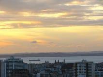 Por do sol na cidade grande com mar Salvador Bahia Brasil imagens de stock