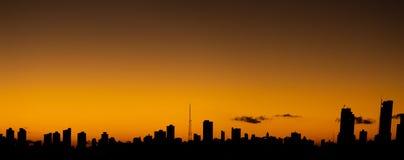 Por do sol na cidade quando o c?u alaranjado contrastar com as constru??es de linhas retas fotografia de stock royalty free