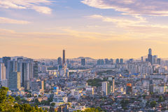 Por do sol na construção 63 da cidade de Seoul, Coreia do Sul Fotografia de Stock