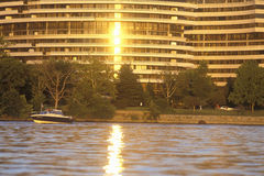 Por do sol na construção do Rio Potomac e de Watergate, Washington, C.C. Foto de Stock Royalty Free