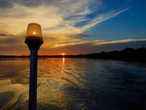 Por do sol na corrente dos lagos no abrigo do inverno Imagem de Stock