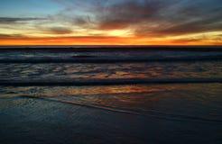Por do sol na costa Imagens de Stock