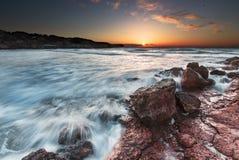 Por do sol na costa Imagens de Stock Royalty Free