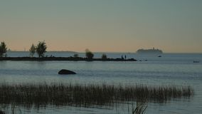 Por do sol na costa da baía Vista do navio que entra no porto filme