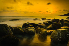 Por do sol na costa da Tailândia Foto de Stock Royalty Free