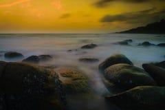 Por do sol na costa da Tailândia Imagem de Stock