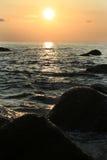 Por do sol na costa de Andaman imagem de stock