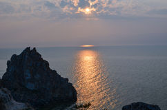 Por do sol na costa de Baikal Fotos de Stock