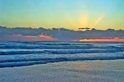 Por do sol na costa de Goald imagens de stock