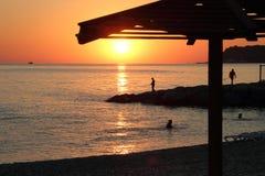 Por do sol na costa de mar Imagens de Stock Royalty Free