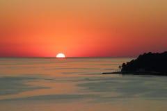 Por do sol na costa de mar Imagens de Stock