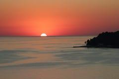 Por do sol na costa de mar Fotografia de Stock