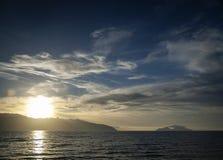 Por do sol na costa de mar ionian no sarande Albânia do sul Imagens de Stock Royalty Free