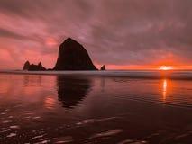 Por do sol na costa de oregon fotografia de stock