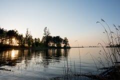 Por do sol na costa do lago Fotografia de Stock