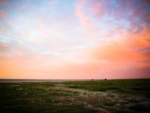 Por do sol na costa do mar Fotografia de Stock