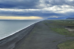 Por do sol na costa sul de Islândia Fotos de Stock Royalty Free