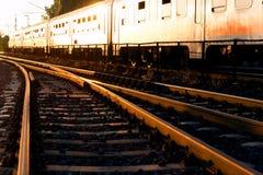 Por do sol na estação de comboio fotos de stock royalty free
