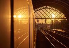 Por do sol na estação de trem Fotografia de Stock