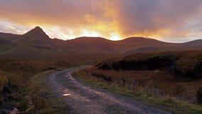 Por do sol na estrada ao Loch Cuithir e Sgurr um Mhadaidh Ruadh - monte do Fox vermelho, ilha de Skye, Escócia vídeos de arquivo