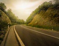 Por do sol na estrada, hora dourada fotografia de stock royalty free