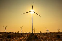 Por do sol na exploração agrícola da turbina eólica imagens de stock