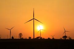 Por do sol na exploração agrícola da turbina eólica imagens de stock royalty free