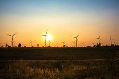 Por do sol na exploração agrícola da turbina eólica imagem de stock royalty free
