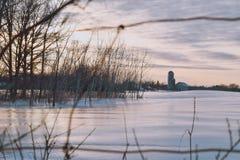 Por do sol na exploração agrícola do inverno fotos de stock