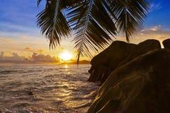 Por do sol na fonte D'Argent da praia em Seychelles Fotos de Stock Royalty Free