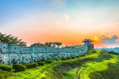 Por do sol na fortaleza de Hwaseong em Seoul, Coreia do Sul imagem de stock