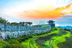 Por do sol na fortaleza de Hwaseong em Seoul, Coreia do Sul fotos de stock royalty free