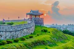 Por do sol na fortaleza de Hwaseong em Seoul, Coreia do Sul imagem de stock royalty free