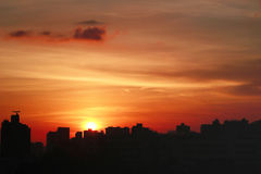 Por do sol na HK com silhueta da construção Fotografia de Stock