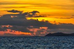 Por do sol na ilha da recompensa em Fiji Foto de Stock