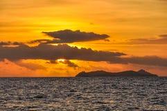 Por do sol na ilha da recompensa em Fiji imagens de stock