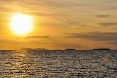 Por do sol na ilha da recompensa em Fiji Fotografia de Stock