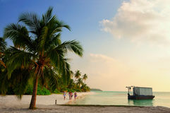 Por do sol na ilha de Meeru, Maldivas Imagens de Stock Royalty Free