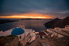 Por do sol na ilha de Santorini em Grécia, um dos destinos os mais bonitos do curso do mundo fotografia de stock royalty free