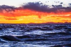 Por do sol na ilha de Zhaxi pelo lago Namtso Foto de Stock Royalty Free