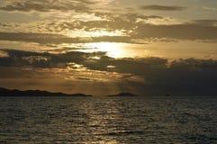 Por do sol na ilha Fiji da recompensa Imagem de Stock
