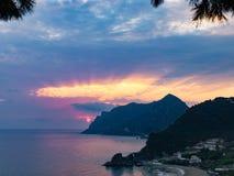 Por do sol na ilha greece de Corfu da praia dos kontogialos fotografia de stock