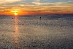 Por do sol na lagoa perto de Chioggia, Itália Fotografia de Stock