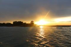 Por do sol na luz brilhante da água com cruzeiro Fotos de Stock Royalty Free