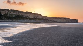 Por do sol na maré baixa Normandy França de Omaha Beach imagem de stock