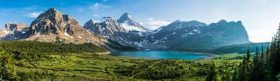 Por do sol na montagem Assiniboine - panorama foto de stock royalty free